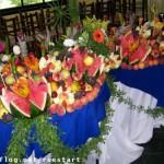 A decoração pode ser incrementada com flores e folhas.