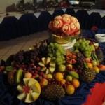 A mesa de frutas pode ficar no vão central da festa.