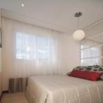 O excesso de móveis e acessórios dão a impressão de quarto apertado.
