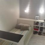 Os móveis compactos e com gavetas são ideais para quartos pequenos.