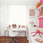 Colocar prateleiras nas paredes ajuda a economizar espaço, além de serem ótimas para organizar objetos.