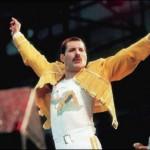 Freddie Mercury, vocalista do Queen, morreu em decorrência de complicações causadas pela Aids
