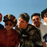 Os integrantes da banda Mamonas Assassinas, todos jovens, foram vítimas de um acidente aéreo em 1996, logo após atingirem um sucesso estrondoso com seu único disco lançado