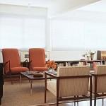 Sala de estilo clássico, arejada e muito bem iluminada.