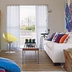 A sala de estar é delimitada pelo tapete de bambu.
