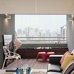 Sala com piso de itaúba combina com os móveis e acessórios coloridos.