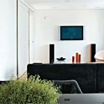 Sala bem planejada com sofá confortável ideal para assistir TV.