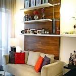 A estante adaptada serve para decorar o ambiente com porta retratos.