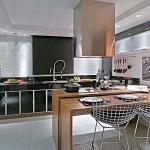 As paredes brancas dão a impressão que o espaço é mais amplo e ainda combinam com qualquer cor de móveis e acessórios.