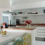 Os móveis coloridos criam uma atmosfera moderna e descontraída.
