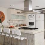 O fogão, a geladeira, os armários e demais móveis mantém o padrão visual da cozinha americana.