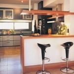 Móveis com transparência dão ar natural a cozinha.