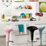 Objetos e acessórios coloridos proporcionam vida a cozinha americana.