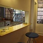 Modelo de cozinha americana ideal para apartamento pequeno.
