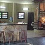 O revestimento do piso e das paredes harmonizam o ambiente deixando mais aconchegante.