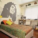 A pintura de Bob Marley na parede se destaca na decoração.