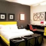 A combinação entre cinza, preto, branco e amarelo cria um ambiente moderno e masculino.