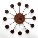 Relógio de parede com biscoitos recheados, lembra a hora do lanche.