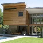 Fachada moderna feita toda em madeira.