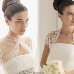 Vestido de noiva com manguinhas transparentes.