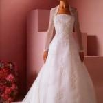 Vestido de noiva com mangas longas e saia rodada.
