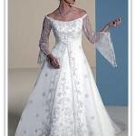 Vestido de noiva bordado com mangas longas em renda de bico.