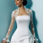 Vestido de noiva com casaqueto de mangas compridas.