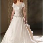 Vestido de noiva com manguinhas, simples, mas muito bonito.