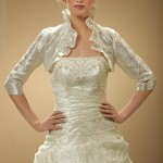 O bolero pode fundir-se ao modelo do vestido.