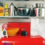 Os objetos retrô enfeitam a cozinha.