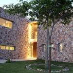Fachada de casa estilo rústico moderno.