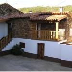 A mistura de materiais na fachada da casa rústica caracteriza o estilo.