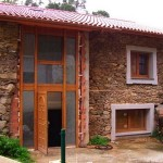 Fachada de casa rústica com portal alto e imponente.