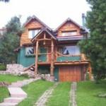 Como complemento da pedra nas casas rústicas, você pode encontrar grande quantidade de madeira.