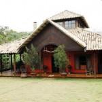 Fachada rústica com varandão, ideal para casa de campo.