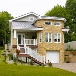 Casa com fachada rústica, estilo europeia, com telhado em ardósia.