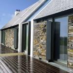Os revestimentos de pedras, misturados a fachadas de vidros, proporcionam um visual confortável e de certa forma contemporâneo.