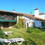 Avarandado com vidro oferece conforto e beleza a fachada rústica da casa de campo.