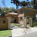 Casa em estilo toscano com fachada rústica.