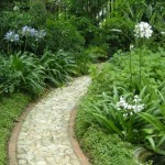 Caminho próprio de jardim informal.