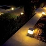 A iluminação combinada ao caminho proporciona um passeio noturno pelo jardim.