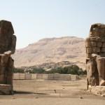 Os Colossos de Memnon: duas gigantescas estátuas de Amenófis III.