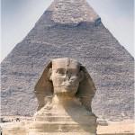 A Esfinge e a Grande Pirâmide imponente atrai milhares de turistas para apreciarem sua beleza e mistério.