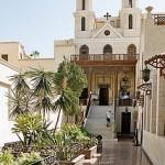 """Igreja Suspensa ou em árabe """"Al Mouallaqa"""", tem esse nome devido a sua construção em cima da ruína de duas torres da fortaleza antiga romana Babilônia."""
