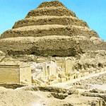 Pirâmide escalonada do faraó Djeser. Planicie de Sakara.