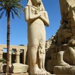 Os templos de Karnak e Luxor, são um conjunto de santuários, colunas, pilares e obeliscos dedicados aos deuses tebanos e aos faraós.