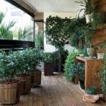 O paisagismo em destaque nesta varanda.