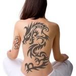 Mesmo com um desenho monocromático é possível obter um lindo resultado na tatuagem de dragão. (Foto: divulgação)