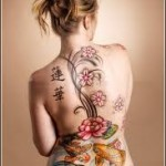 Tatuagem de carpa com ramos de flores. (Foto: divulgação)