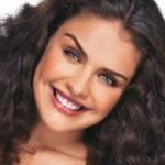Paloma Bernardi ama seus cachos e exibe o visual com orgulho
